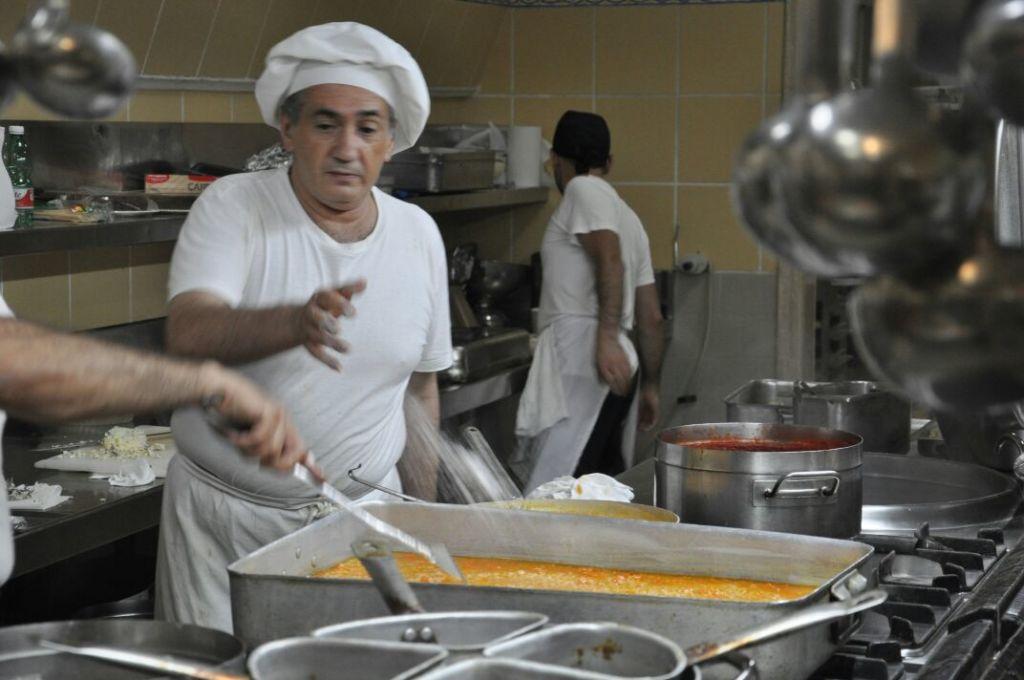 Lo chef Giovanni Maniscalco in cucina