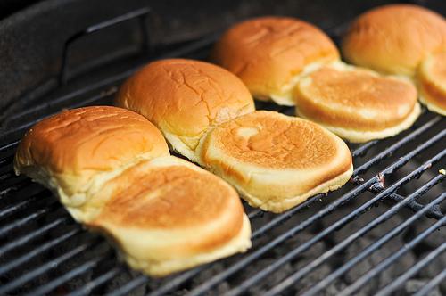 HAMBURGER FATTO IN CASA - Tostare il pane sulla griglia