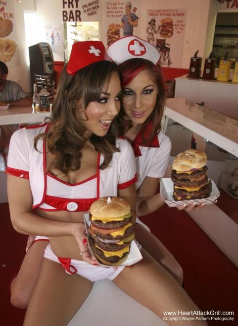 Le sexy infermiere/cameriere dell'Heart Attack Grill