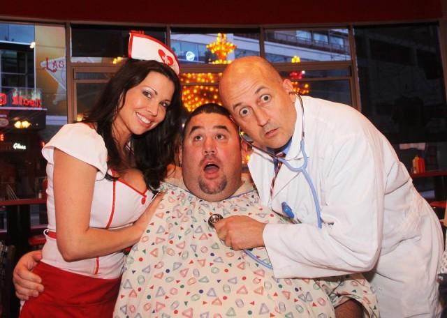 """Jon Basso, fondatore dell'Heart Attack Grill, e un suo """"paziente"""""""