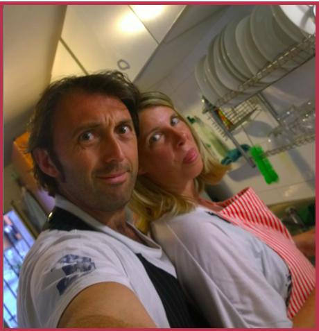 Daniela selfie in cucina con il compagno Michele