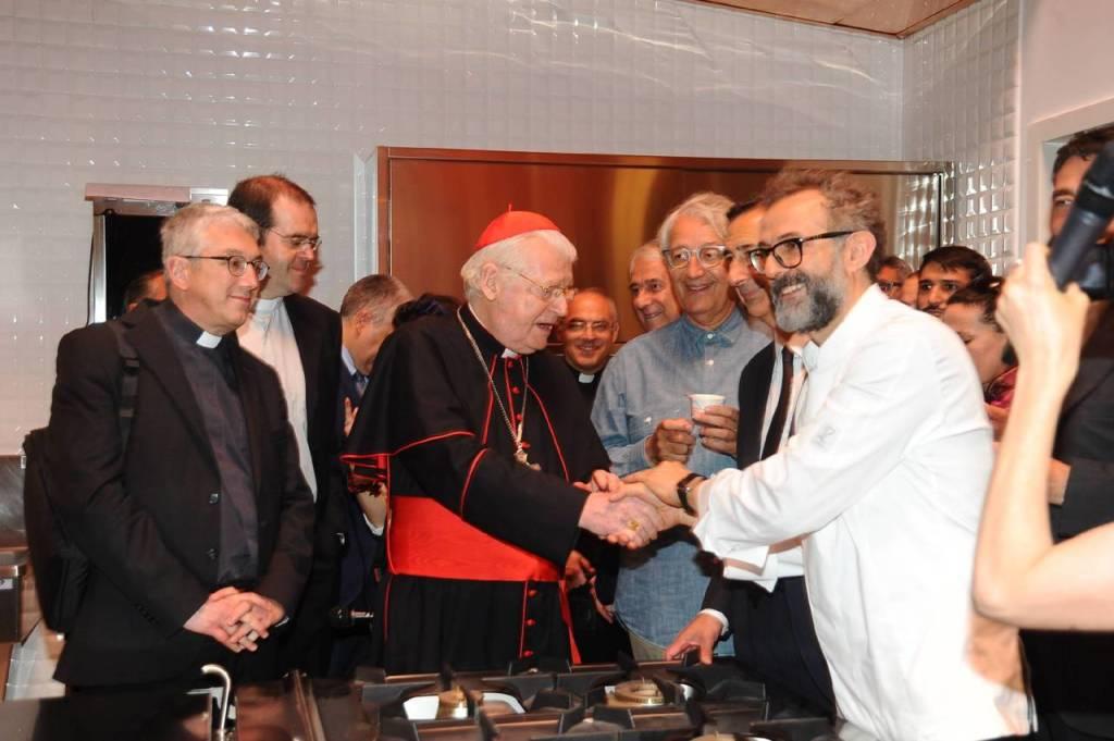 L'arcivescovo di Milano Angelo Scola con lo chef stellato Massimo Bottura