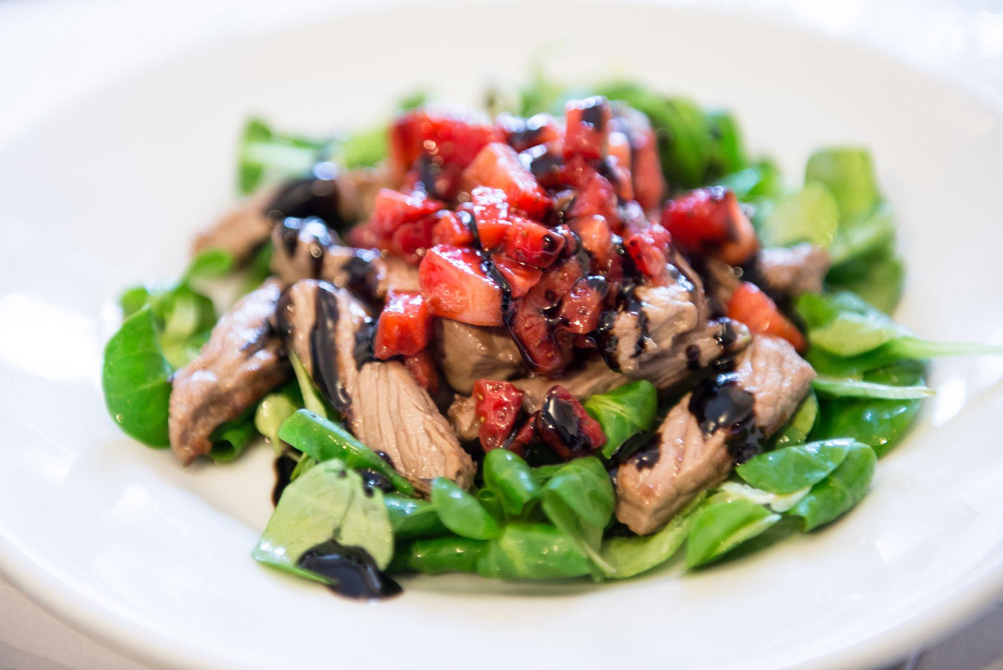 FRAGOLE SULLA GRIGLIA: carne e fragole