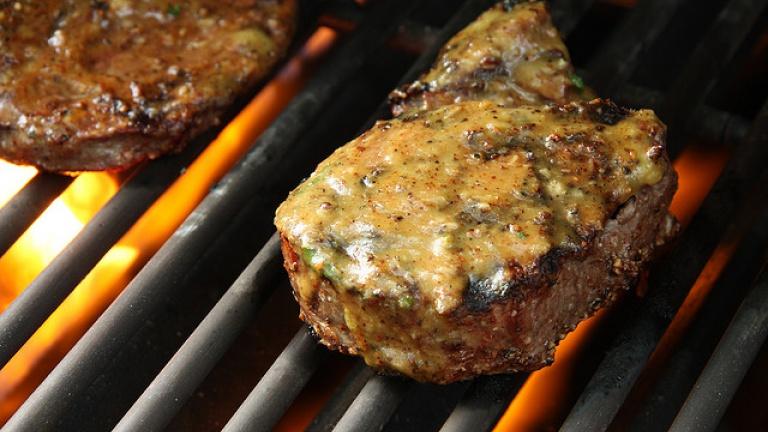 1226-filetto-di-manzo-con-salsa-di-menta-e-rafano-ricetta-barbecue