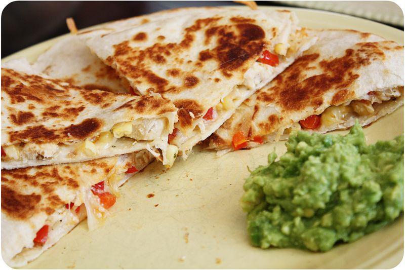 Quesadillas di pollo al peperoncino e guacamole