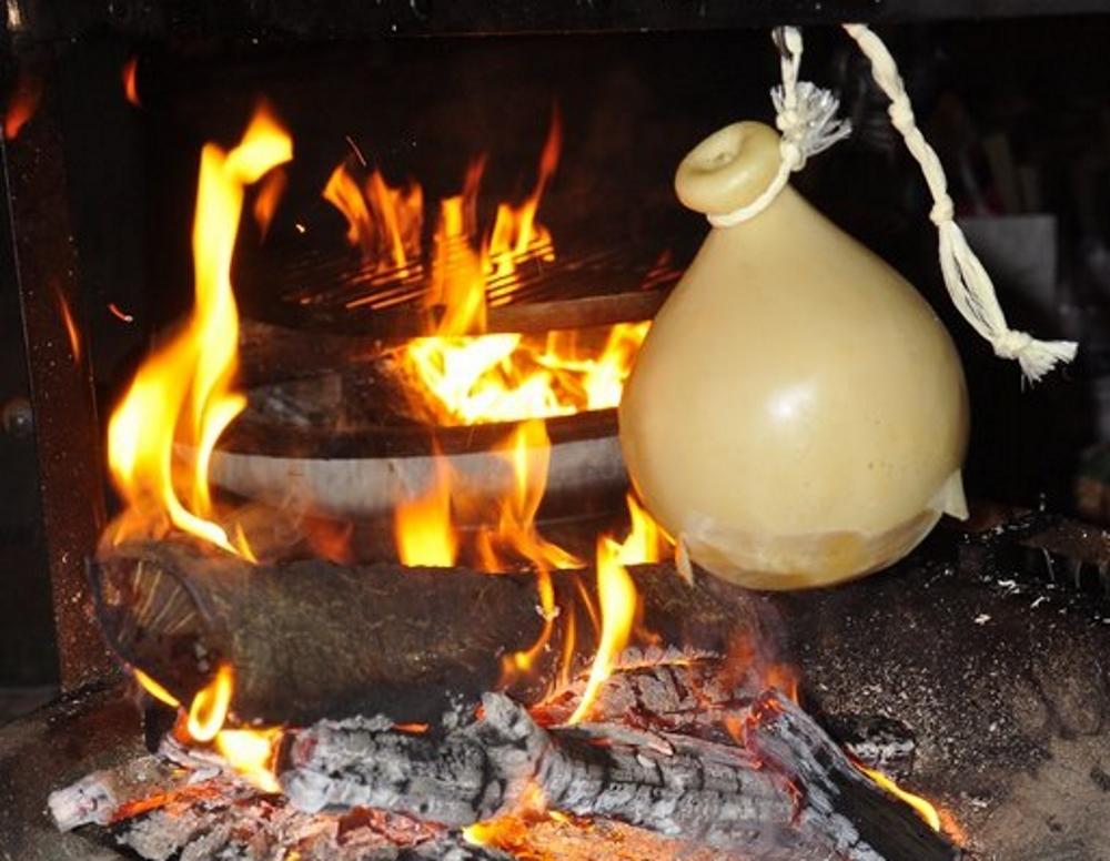 cucina con il camino caciocavallo impiccato